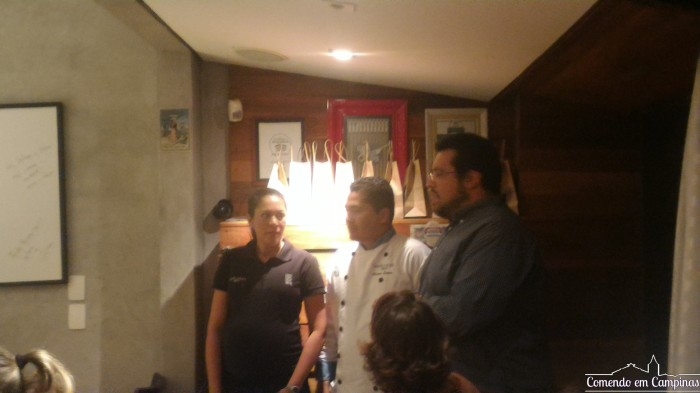 """Ao centro, o chef Luciano Santos, responsável pela cozinha do Senhorita Bistrô, ladeado por Selma (sua esposa e a """"Senhorita"""" da casa) e Arian, do Guia do Lugarzinho,"""