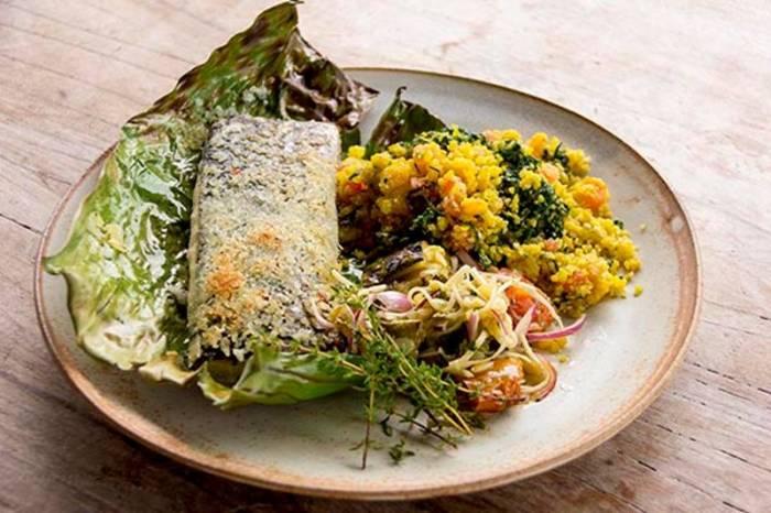 Criação do chef Felipe Cruz para o 4º Encontro Cozinha Viva La Marina, com peixe assado em folha de bananeira – crédito: Rodney Domingues /Divulgação